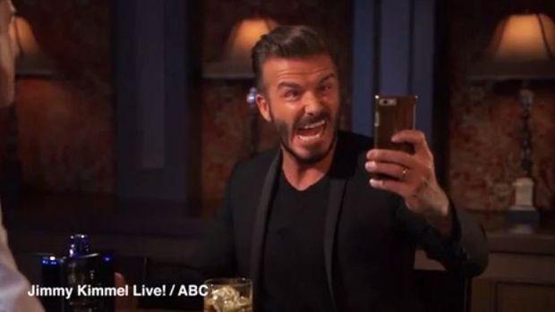 David Beckham s'enlaidit pour un selfie.