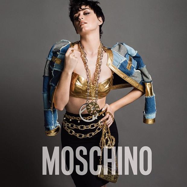 Le premier cliché de la campagne Moschino avec Katy Perry