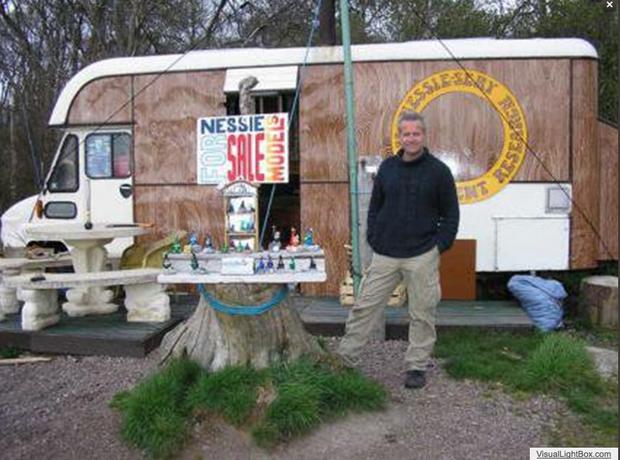 Steve Feltham devant sa boutique dédiée au monstre du Loch Ness.