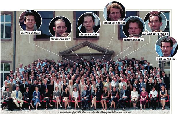La photo de la Promotion Senghor 2004, Macron au milieu des 140 stagiaires de l'Ena, avec ses 6 amis.