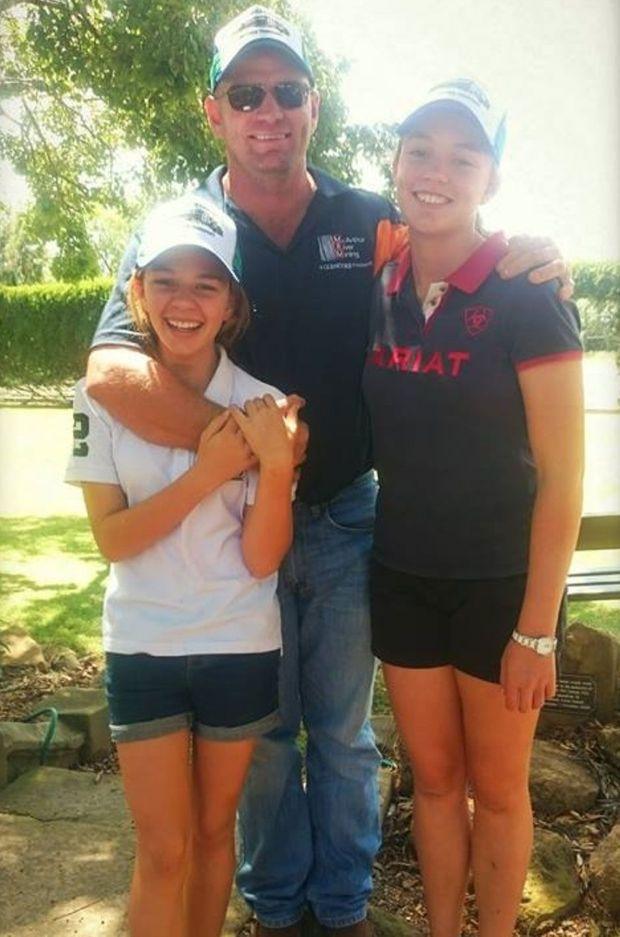 Amy, son père et sa soeur, le sourire aux lèvres