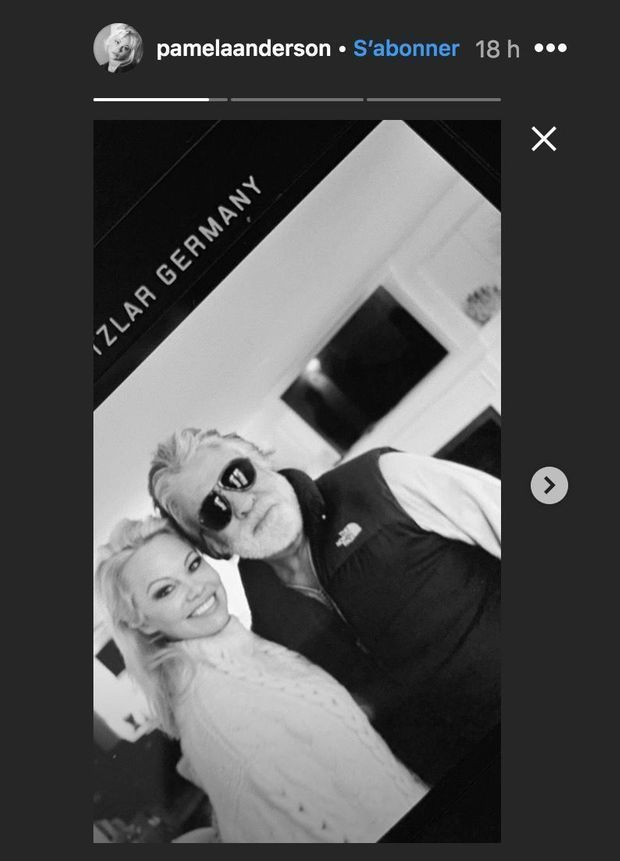 Pamela Anderson et Jon Peters posent ensemble après leur mariage, janvier 2020.