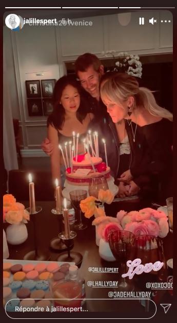 Laeticia Hallyday souffle ses bougies lors des célébrations de son 46e anniversaire avec ses filles et Jalil Lespert, le 18 mars 2021