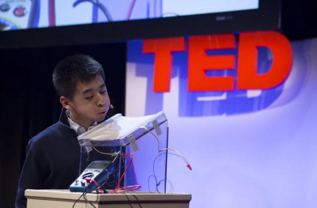 Raymond Wang lors de sa présentation à une conférence TEd