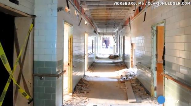 Un couloir délabré de l'hôpital hanté.