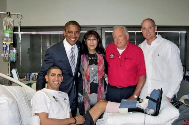 Visite du président Obama, le 11 septembre 2012. A l'hôpital militaire Walter Reed à Washington, avec sa mère, Klara, et son père, Larry.
