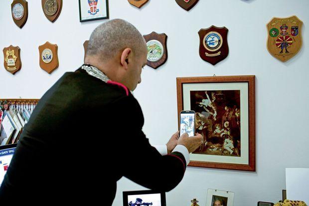 Enquêtes, filatures, perquisitions... Le capitaine Luigi Spadari teste l'utilisation de la nouvelle application iTPC. Elle permet à tous de photographier une œuvre et de s'assurer qu'elle n'est pas suspecte.