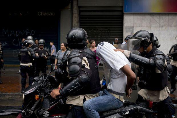 Interpellation d'un jeune manifestant à Caracas.