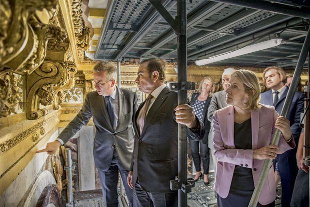 Au sommet de l'échafaudage, Carlos Ghosn et Catherine Pégard écoutent les explications de Fréderic Didier, l'architecte en chef des Monuments historiques.