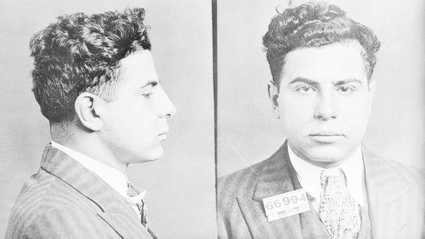 Carmine Galante, sur l'un de ses premiers « mugshots » (photos d'identification judiciaire) en 1930.