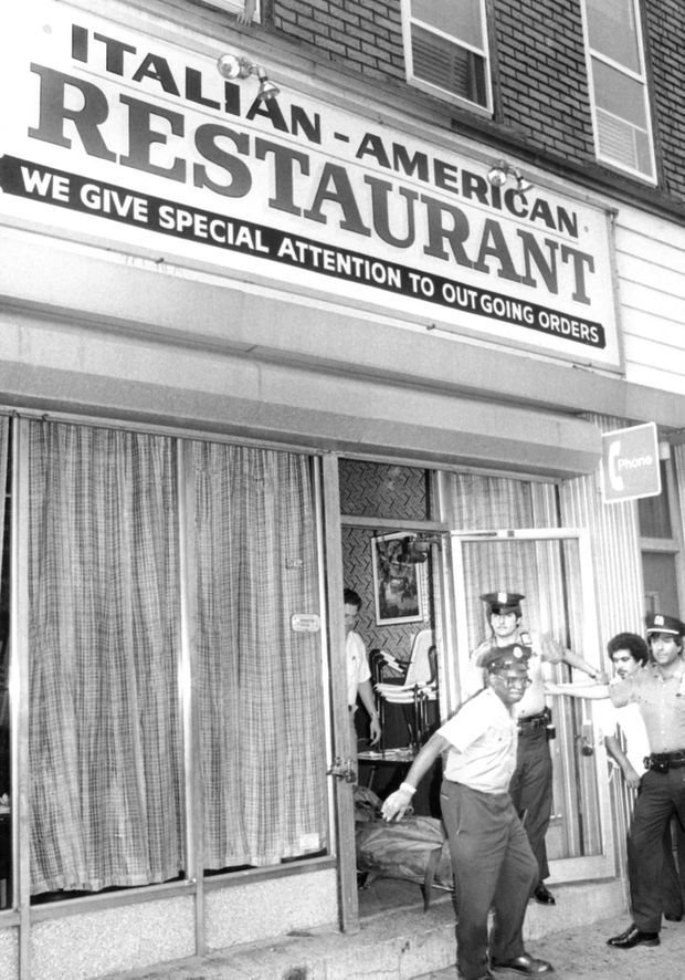 Le corps de Carmine Galante est emporté par la police, de chez Joe and Mary's Italian-American Restaurant, à Brooklyn.