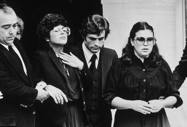 Nina Galante, la fille de Carmine Galante (g.), lors des funérailles de son père, le 16 juillet 1979.