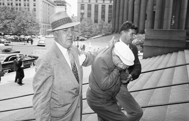 Carmine Galante escorté par les policiers des « Narcotiques » à la Cour Fédérale de New York, en mars 1959.
