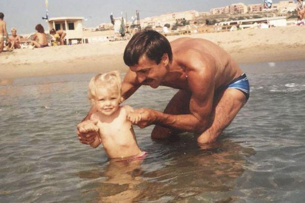 Caroline enfant, avec son père, Jacky.