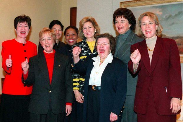 En janvier 1997, Carol Moseley Braun entourée des sénatrices Susan Collins (Maine), Patty Murray (Washington), Olympia Snowe (Maine), Kay Bailey Hutchinson (Texas), Barbara Mikulski (Maryland), Dianne Feinstein (Californie) et Mary Landrieu (Louisiane).