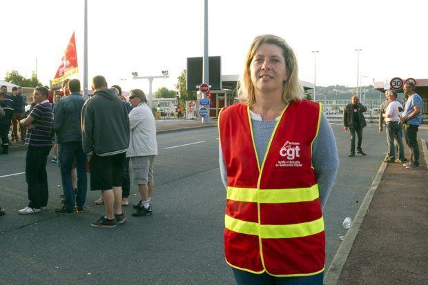 Caroline Dorange, gréviste, éducatrice dans la commune de Gonfreville L'Orcher, est sur le piquet de grève de la CGT sur le site de la Raffinerie Total à Gonfreville L'Orcher, le 27 mai 2016. Elle sera en grève jusqu'au retrait de loi El Khomri .