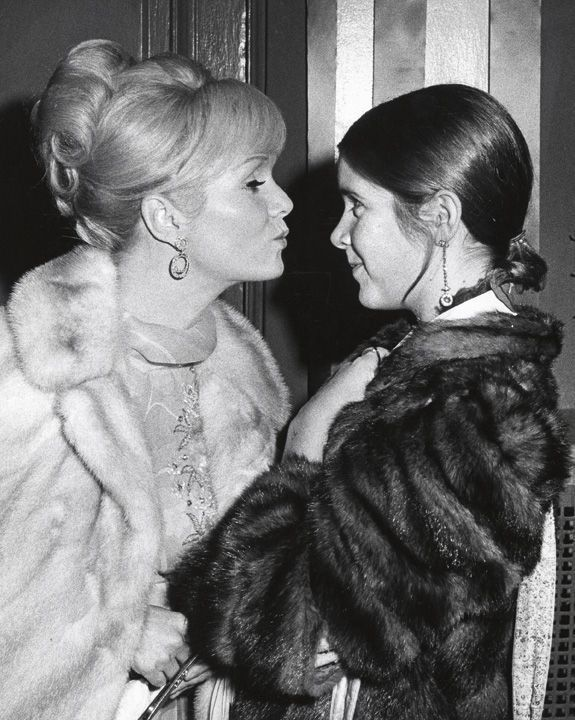 Debbie veille sur sa petite Carrie, en novembre 1972.