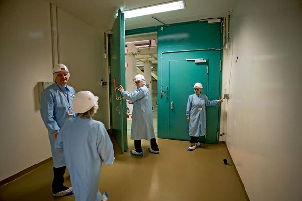 Casques, blouses et chaussons stériles : les chercheurs franchissent les portes blindées