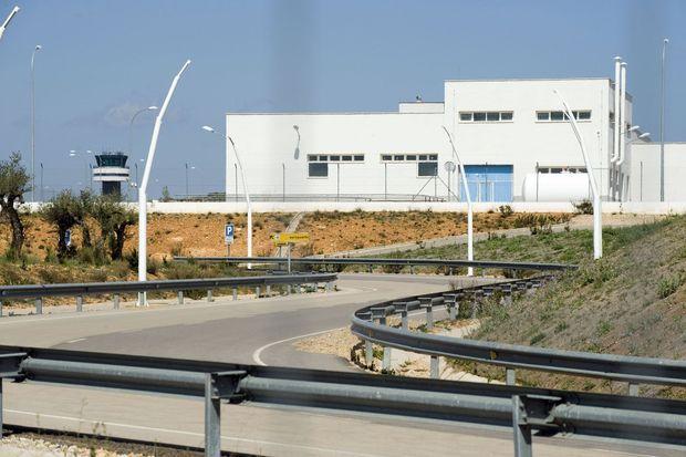 L'aéroport de Castellon de la Plana était prévu pour 600 000 touristes par an. Tout est en place – rocade d'accès (photo), tour de contrôle, piste, hall de marbre –, jusqu'à la statue monumentale du cacique provincial à l'origine de ce projet démesuré inauguré en 2011. Depuis, aucun avion n'a jamais atterri.