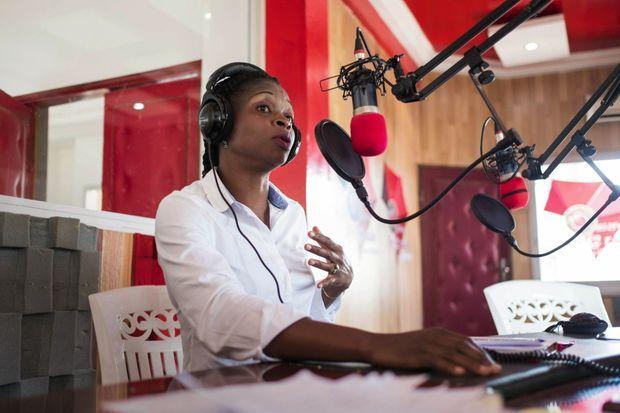 Cathy Aba Fouda intervient à la radio, à l'occasion de la journée internationale de la fille, le 11 octobre