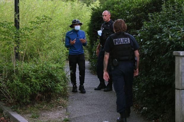 Ce guetteur et ces policiers se connaissent bien : ils se surveillent mutuellement.