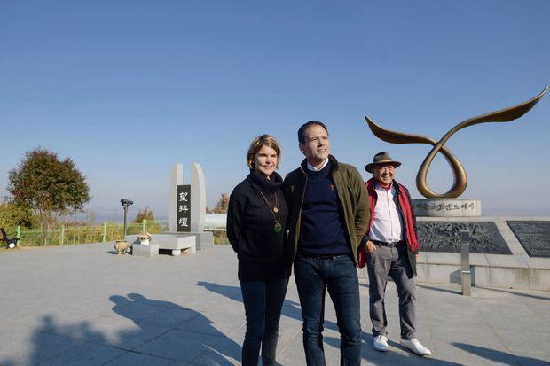 Le 7 novembre, dans un ancien bâtiment militaire devenu «observatoire de la paix», sur l'île de Ganghwa, Cédric O, sa femme, Bérengère, et son père. A l'arrière-plan, la Corée du Nord.