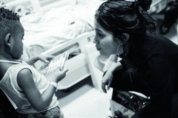 """«Une photo prise à l'hôpital pour CéKeDuBonheur, l'association dont je suis marraine avec Omar Sy et Valérie Damidot. Il s'agit de rendre un peu plus """"léger"""" le quotidien d'enfants hospitalisés. Cette association compte beaucoup pour moi. Sa présidente, Hélène Sy, est une amie proche. Elle se bat nuit et jour pour ces enfants et je suis fière de l'accompagner.»"""