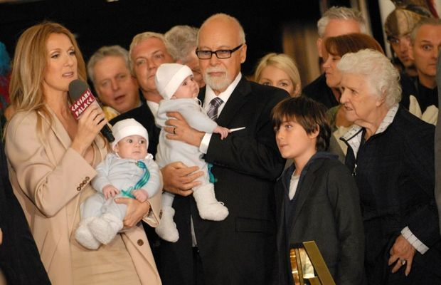 Céline Dion et René Angélil tenant leurs jumeaux Eddy et Nelson, accompagnés de leur fils René-Charles et de Therese, la mère de Céline, en février 2011 à Las Vegas.