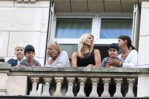 Les jumeaux, Eddy et Nelson, au balcon du Royal Monceau regardent Céline Dion partir
