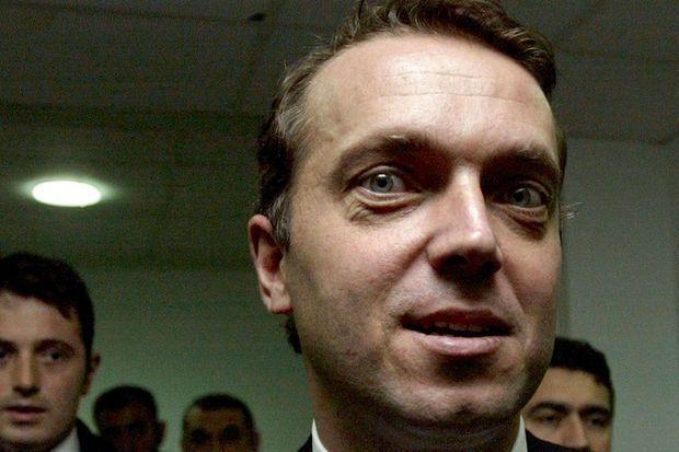 L'homme d'affaires turc Cem Uzan, ici en février 2004, au siège de son parti politique à Istanbul.