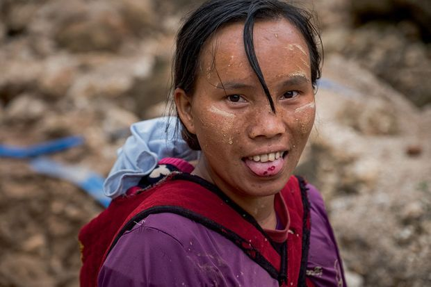 Cette jeune femme cache dans sa bouche les minuscules rubis capturés dans la grille du tamis.