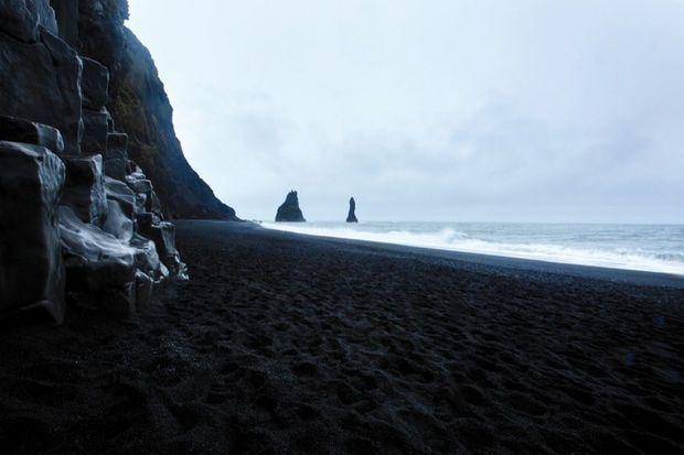 Cette plage, décor d'une des scènes clés de « La reine des neiges 2 », existe dans la réalité. Elle est située en Islande, à 180 kilomètres de Reykjavik et quelques encablures du volcan Katla.