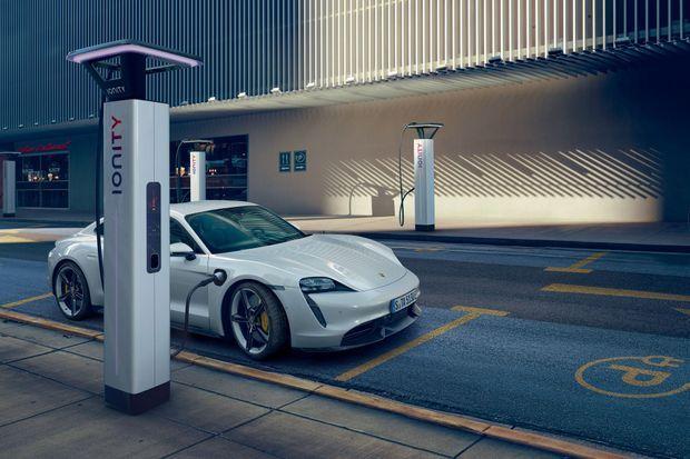 Cette première Porsche 100 % électrique est aussi le premier véhicule de série alimenté par une tension de 800 volts (contre 400 volts pour les modèles électriques actuels)