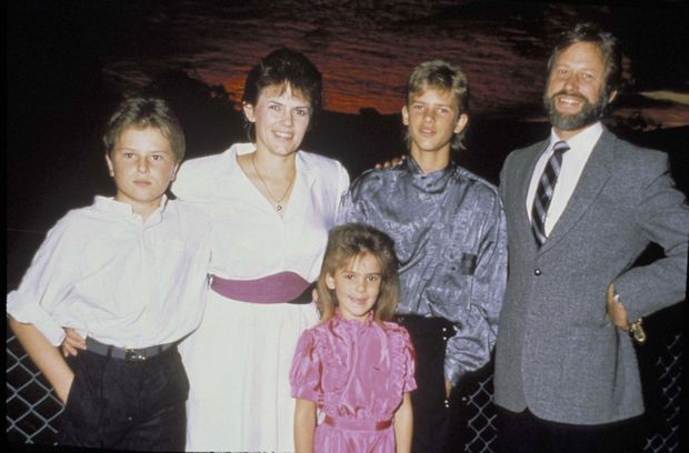 « Sa tragédie a bouleversé l'Australie. Elle a dû faire face à la pire des accusations : l'infanticide. Meryl Streep interprète ce rôle écrasant au cinéma. Lindy Chamberlain avec son mari Michael, leurs fils Aidan, 15 ans, Reagan, 13 ans et leur fille, Kahlia, 6 ans (née alors que sa mère était en prison), devant leur maison de Cooranbong, à deux heures de route de Sydney. » - Paris Match n°2088, 1er juin 1989.
