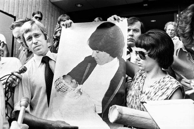 Lindy et Michael Chamberlain, contraints de donner à la presse des preuves d'amour pour leur enfant, devant le tribunal d'Alice Springs lors de leur procès en février 1981.