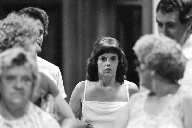 Lindy Chamberlain, le regard perdu au tribunal d'Alice Springs lors de son procès en mars 1982.