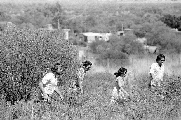 Lindy et Michael Chamberlain à la recherche d'Azaria, en décembre 1980.