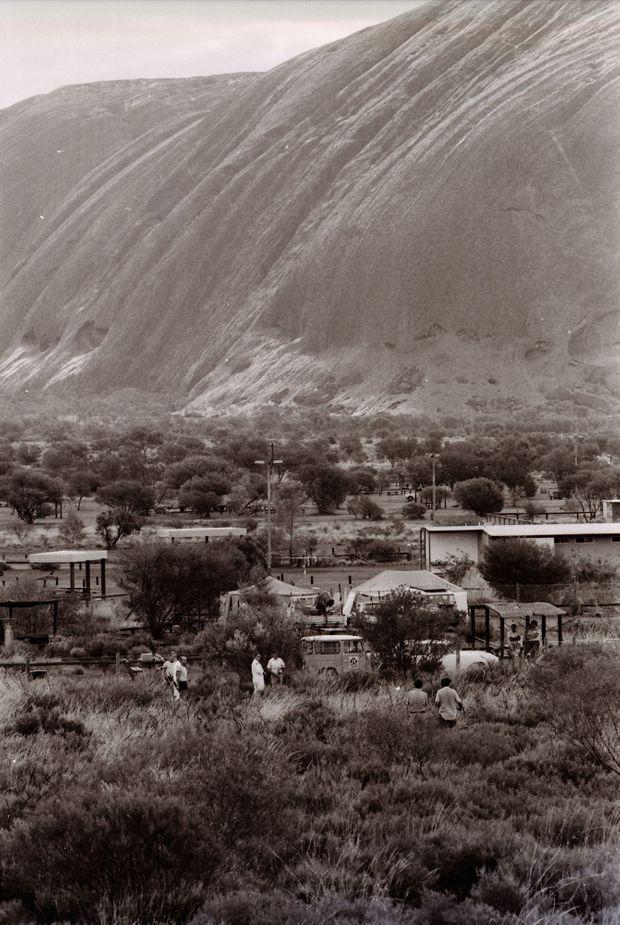 La police recherche Azaria Chamberlain, près du camping au pied d'Uluru, en novembre 1981.