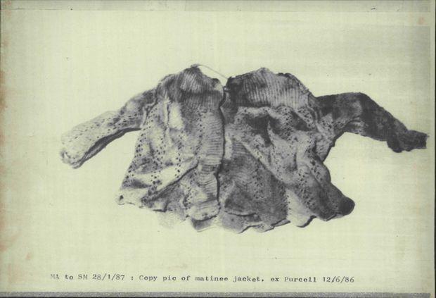Le petit cardigan porté par Azaria, retrouvé non loin d'une tanière de dingos dans un coin reculé d'Uluru, en juin 1986.