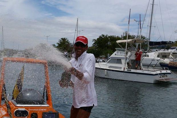 Emmanuel Coindre sabre le champagne à son arrivée à La Réunion.