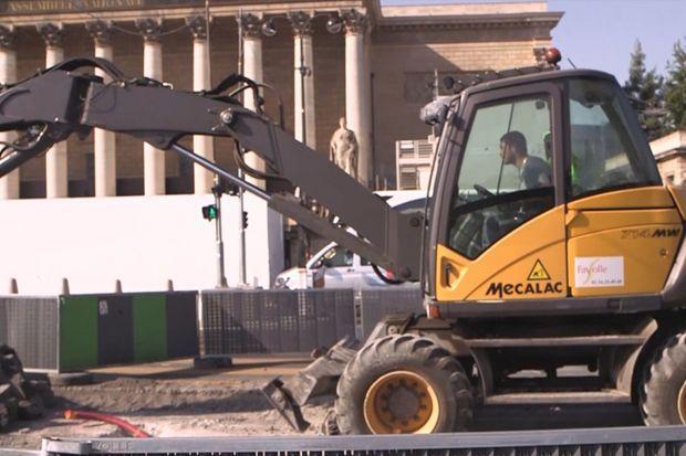 Sur le chantier devant l'Assemblée nationale.
