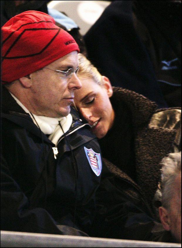 « Le 10 février dernier, lors de la cérémonie d'ouverture des Jeux olympiques de Turin, dans les tribunes officielles, le prince Albert II et Charlene apparaissent en public tendres et complices. Ils se sont rencontrés en 2000 à Monaco. » - Paris Match n°2963, 2 mars 2006.