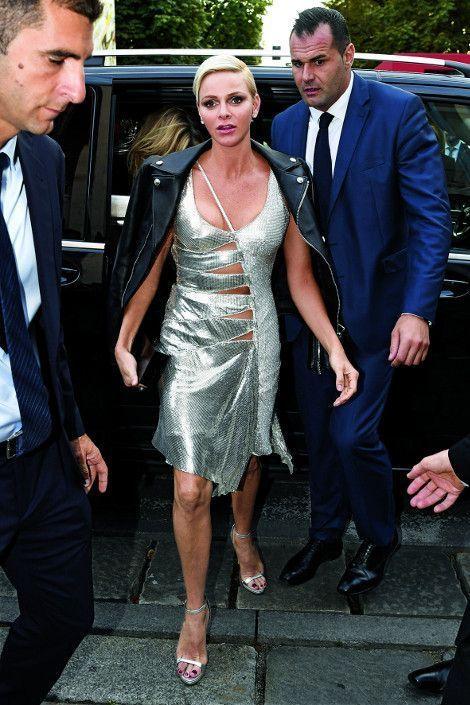 Charlène de Monaco arrive au défilé Versace lors de la Fashion Week de Milan, le 22 septembre 2017.