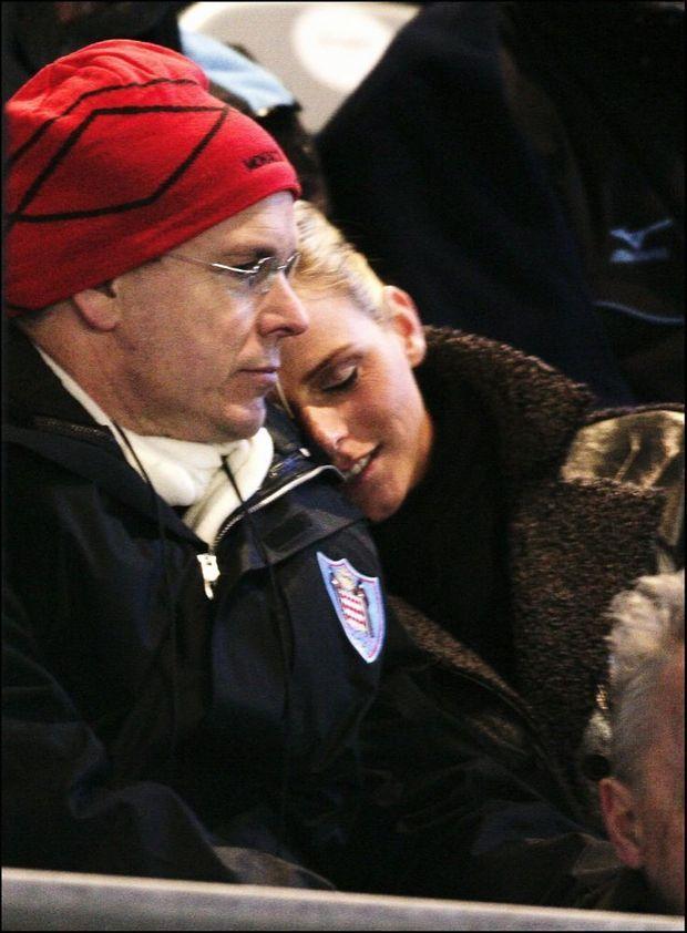 Complices et tendres, Charlene Wittstock et Albert de Monaco lors des JO d'hiver de Turin en février 2006. La première apparition publique du couple.