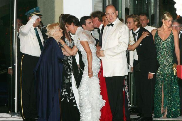 """« En 2006, une """"invitée du prince"""" au Gala de la Croix-Rouge : la princesse Antoinette au bras du prince Albert II, la princesse Stéphanie, la princesse Caroline et son mari Ernst August de Hanovre… et Charlene est à l'arrière-plan. » - Paris Match n°3189, 1er juillet 2010"""