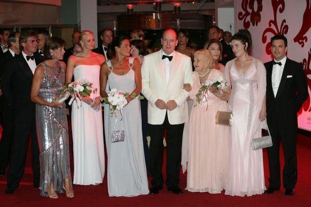 « En 2007, encore en retrait : L'année suivante, au bal de la Croix-Rouge, vêtue d'une robe bustier blanche, Charlene se tient encore un peu à l'écart. Chacune de ses apparitions correspond à un protocole précis. » - Paris Match n°3189, 1er juillet 2010