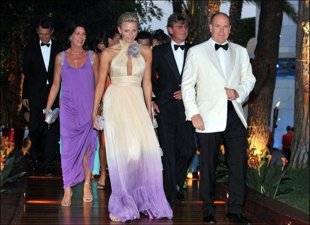 « En 2008, au premier rang : Au 60e bal de la Croix-Rouge, Charlene rayonne aux côtés d'Albert et de Caroline. La belle Sud-Africaine est au centre de tous les regards. » - Paris Match n°3189, 1er juillet 2010