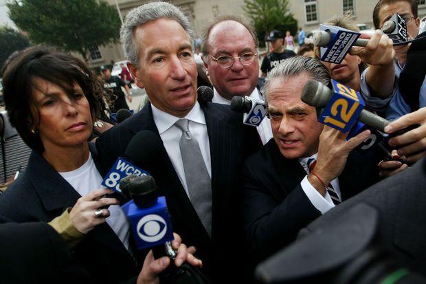Charles Kushner entouré de ses avocats, en août 2004.