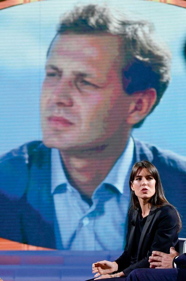 Charlotte devant la photo de son père Stefano Casiraghi, mort en 1990.