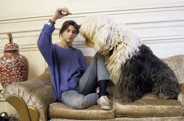 """« Charlotte, la fille de Serge Gainsbourg et de Jane Birkin (avec le bobtail """"Reagan"""") est, à quatorze ans, la vedette de """"L'Éffrontée"""", le film de Claude Miller. » - Paris Match n°1908, 20 décembre 1985"""